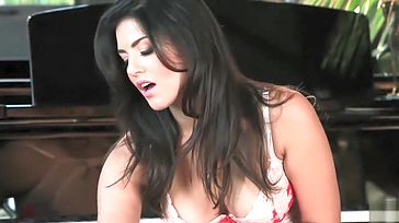 Hottest Indian honey Sunny Leone plays with her cooch 1080p