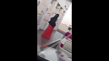 Arab UAE mother displaying off her culo to the driver Hijabi Niqab
